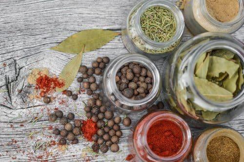 Pots d'herbes aromatiques, curcuma, laurier