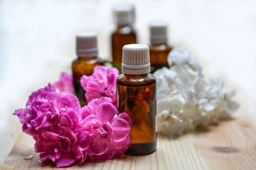 Flacons d'huiles essentielles et fleurs colorées